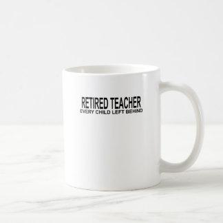 Profesor jubilado cada niño dejado detrás de Shirt Taza Básica Blanca