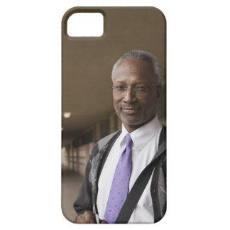 Profesor negro que se coloca en pasillo de la escu iPhone 5 Case-Mate cárcasas