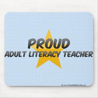 Profesor orgulloso de la alfabetización de adultos alfombrillas de raton
