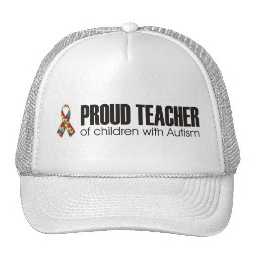 profesor orgulloso de niños con la gorra de béisbo