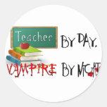 Profesor por día, vampiro por noche etiqueta redonda