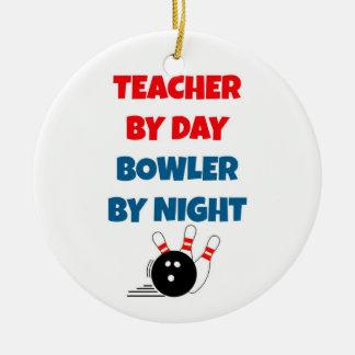 Profesor por el jugador de bolos del día por noche adorno navideño redondo de cerámica