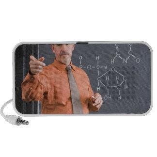 Profesor por la pizarra con la estructura de la su laptop altavoz