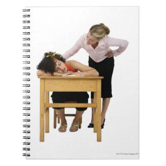Profesor que comprueba el estudiante dormido en el