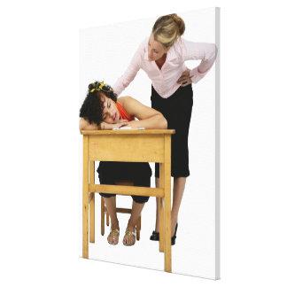Profesor que comprueba el estudiante dormido en el impresión en lienzo estirada