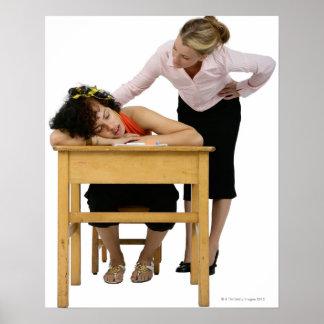 Profesor que comprueba el estudiante dormido en el póster