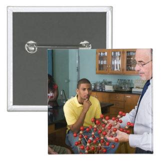 Profesor que da instrucciones a estudiantes pin cuadrado