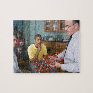 Profesor que da instrucciones a estudiantes puzzle con fotos