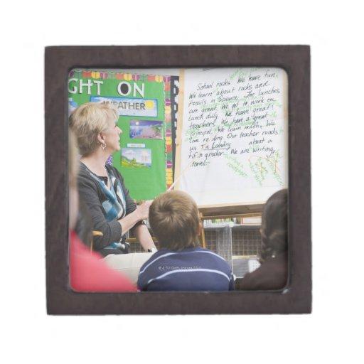 Profesor que da la presentación de la sala de clas cajas de recuerdo de calidad
