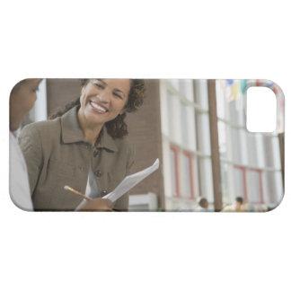 Profesor que da papeleo al estudiante funda para iPhone 5 barely there