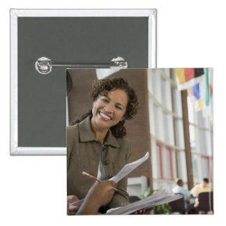 Profesor que da papeleo al estudiante pin cuadrado
