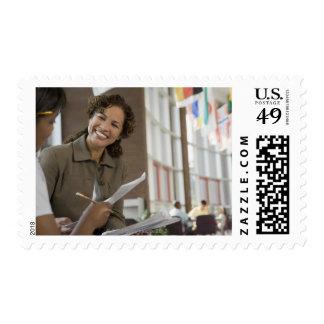 Profesor que da papeleo al estudiante sellos