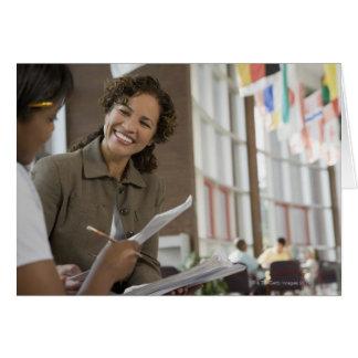 Profesor que da papeleo al estudiante tarjeta de felicitación