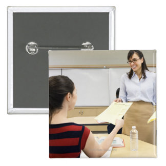 Profesor que devuelve el papel a estudiante pin cuadrado