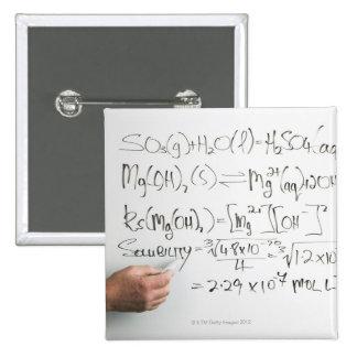 Profesor que escribe fórmulas químicas en el table pin cuadrado