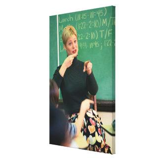 Profesor que habla y que señala en el frente de impresión en tela