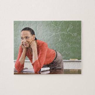 Profesor que se inclina en el escritorio por la pi puzzles con fotos