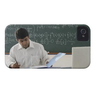 profesor que se sienta en el escritorio, trabajand Case-Mate iPhone 4 carcasa