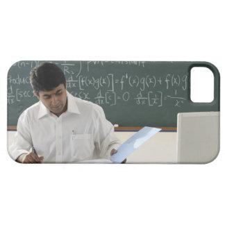 profesor que se sienta en el escritorio, trabajand iPhone 5 Case-Mate protectores