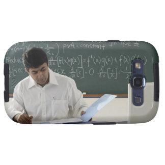 profesor que se sienta en el escritorio, trabajand galaxy s3 carcasas