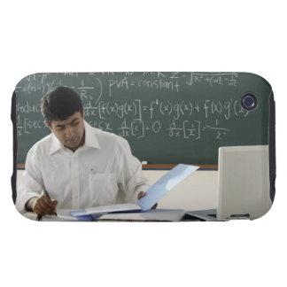 profesor que se sienta en el escritorio, trabajand tough iPhone 3 carcasas