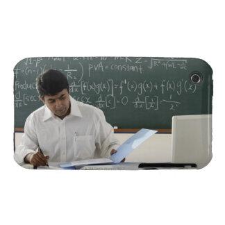 profesor que se sienta en el escritorio, trabajand iPhone 3 Case-Mate protector