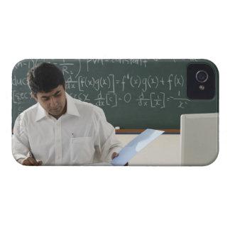 profesor que se sienta en el escritorio, trabajand iPhone 4 Case-Mate funda