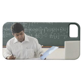 profesor que se sienta en el escritorio, trabajand iPhone 5 Case-Mate coberturas
