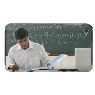 profesor que se sienta en el escritorio, trabajand barely there iPod protector