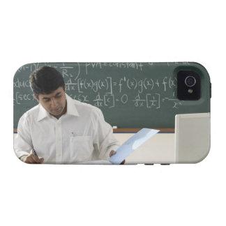 profesor que se sienta en el escritorio, trabajand iPhone 4/4S carcasa