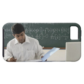 profesor que se sienta en el escritorio, trabajand iPhone 5 fundas