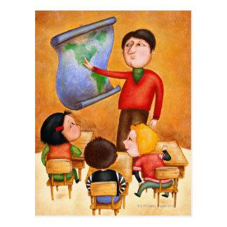 Profesor que señala al mapa, tres niños en escrito postales