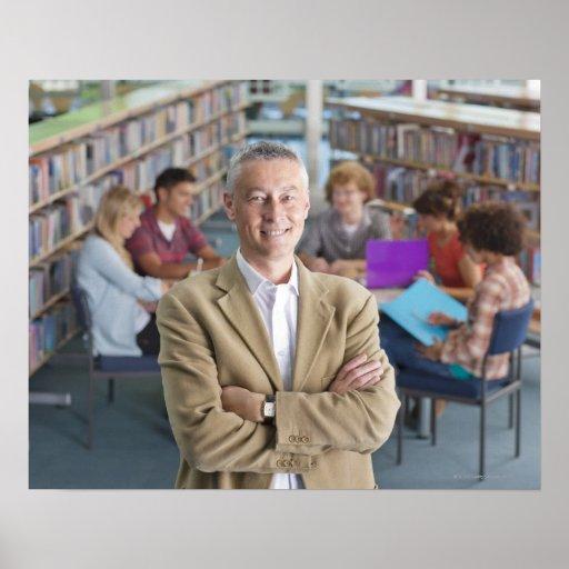 Profesor sonriente que se coloca en biblioteca esc impresiones