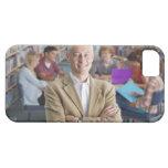Profesor sonriente que se coloca en biblioteca iPhone 5 cárcasas