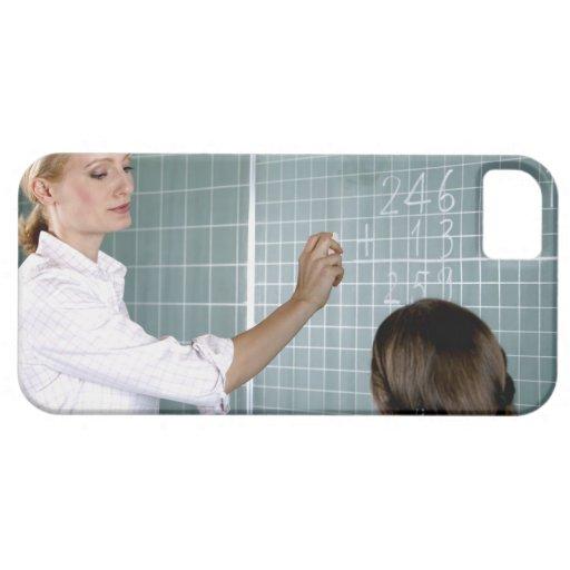 profesor y chica joven delante de la pizarra adent iPhone 5 Case-Mate protectores