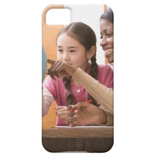 Profesor y estudiante que miran el globo iPhone 5 Case-Mate cárcasa