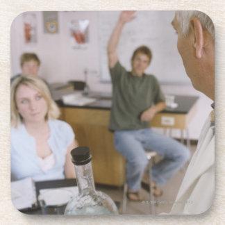 Profesor y estudiantes en laboratorio posavasos