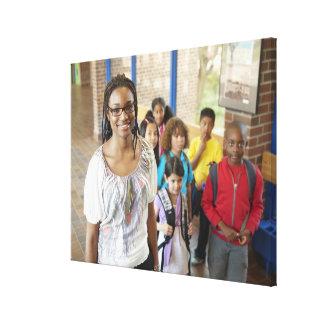 Profesor y estudiantes en vestíbulo de la escuela impresión en lona estirada