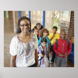 Profesor y estudiantes en vestíbulo de la escuela póster