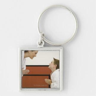 Profesor y muchacho (4-5 años) del karate que llavero cuadrado plateado