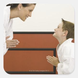 Profesor y muchacho (4-5 años) del karate que pegatina cuadrada