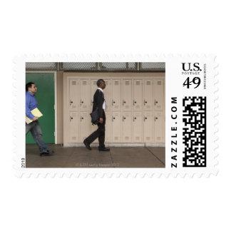 Profesores que caminan en pasillo de la escuela sellos postales