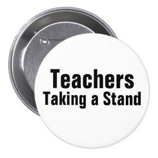 Profesores que toman un botón del soporte pins
