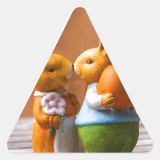 Profundamente en el conejito de pascua del amor pegatina de triangulo