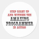 Programador asombroso en la acción pegatina redonda