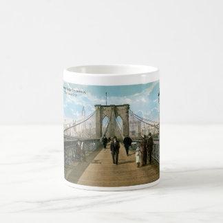 """""""promenade"""" del puente de Brooklyn, New York City Taza Básica Blanca"""