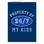 Propiedad de mis niños 24/7 camiseta, sudaderas tarjeta de felicitación