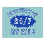 Propiedad de mis niños 24/7 camiseta, sudaderas postal