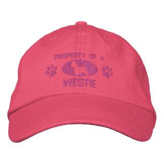 Propiedad de un gorra bordado Westie (rosa) Gorras De Béisbol Bordadas