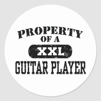 Propiedad de un guitarrista pegatina redonda